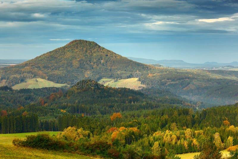 Paisagem típica do outono de Checo Montes e vilas, vale da queda da manhã da floresta da queda do parque boêmio de Suíça Montes c imagens de stock royalty free