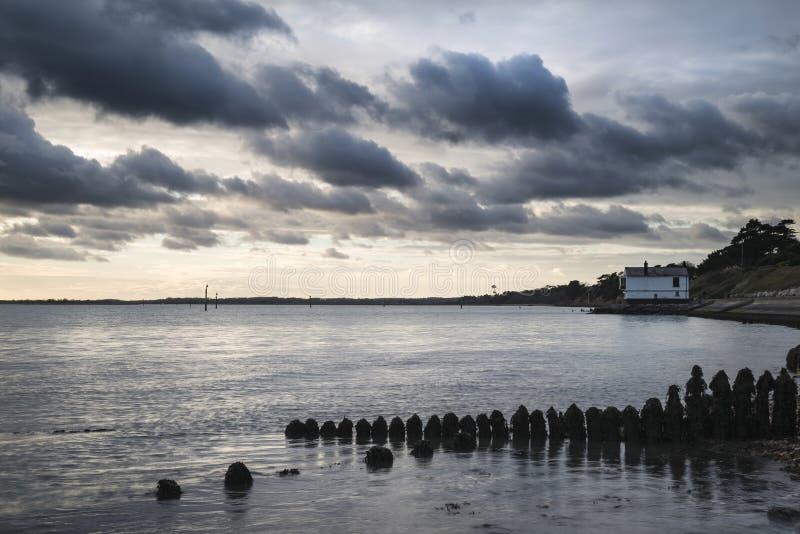 Paisagem temperamental do mar que olha através de Solent à ilha do Wight no En fotos de stock