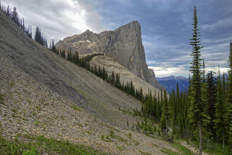 Paisagem tormentoso do céu e da montanha de Cloudscape em Yoho National Park Canadian Rockies fotos de stock royalty free