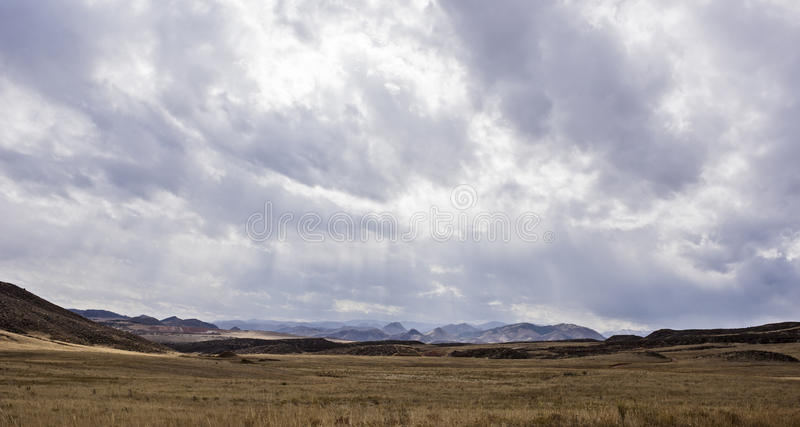 Paisagem tormentoso em Colorado com montanhas e vale fotos de stock