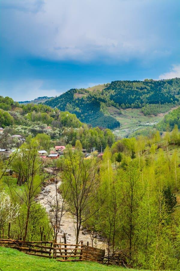 Paisagem tradicional dos montes verdes sobre o céu nebuloso no fundo Paraíso dos caminhantes no campo Romênia foto de stock royalty free