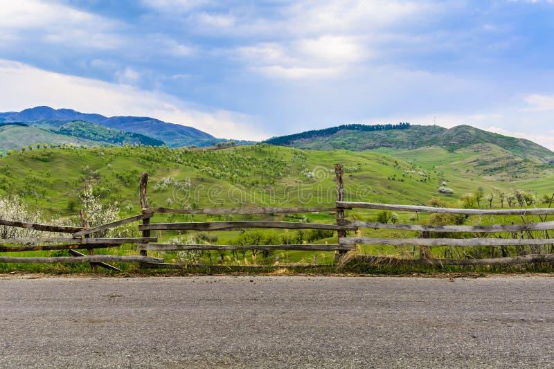 Paisagem tradicional dos montes verdes sobre o céu nebuloso no fundo Paraíso dos caminhantes no campo Romênia fotos de stock royalty free