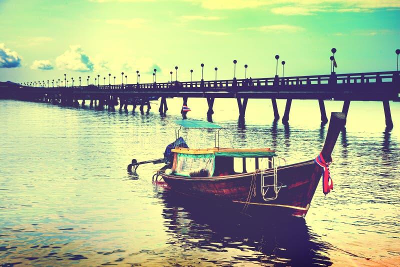 Paisagem tropical bonita da praia no barco de Tailândia no mar Adaman fotos de stock