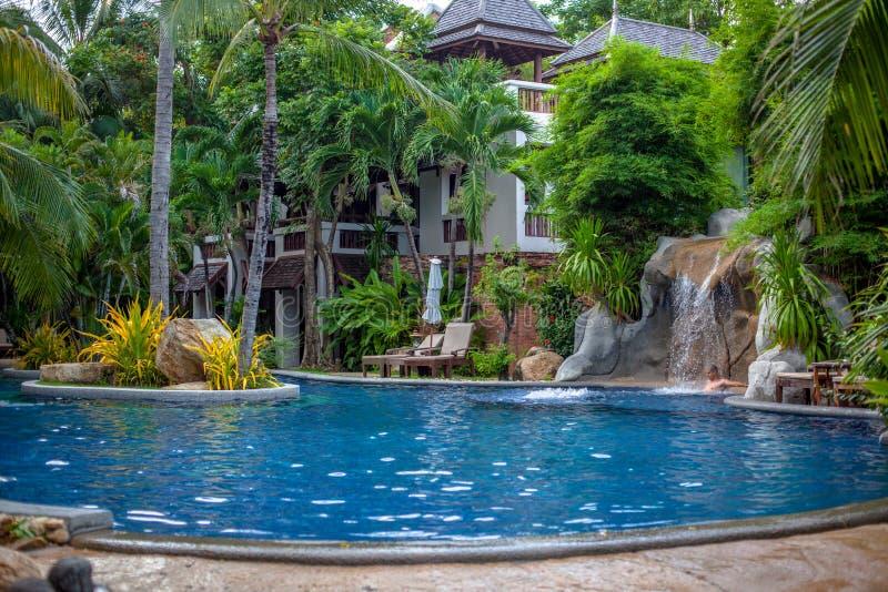 Paisagem tropical da cachoeira no spa resort imagem de stock
