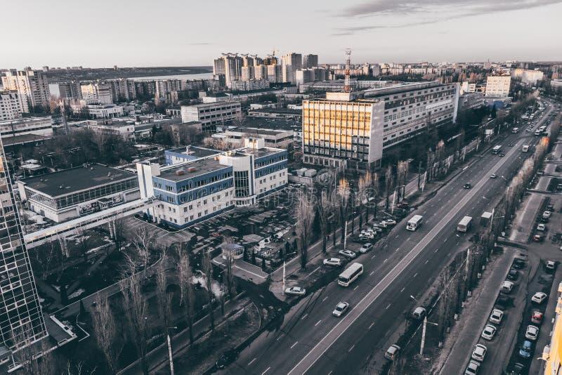 Paisagem urbana, cidade em tons temperamentais dramáticos, arquitetura da cidade de Voronezh da noite fotos de stock royalty free
