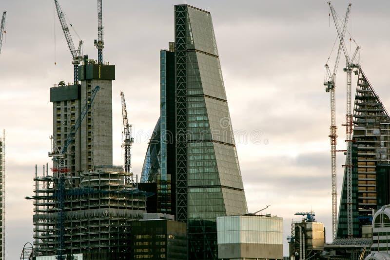 Paisagem urbana com os vários buidlings altos em Londres, 2018 da elevação foto de stock