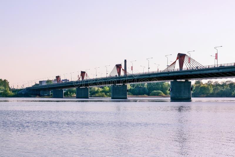 Paisagem urbana com a ponte acima do rio foto de stock