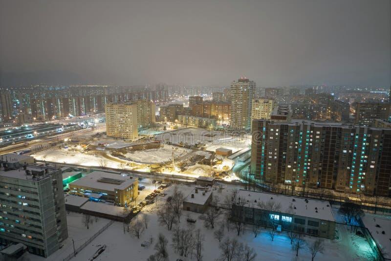 Paisagem urbana da noite da área residencial foto de stock