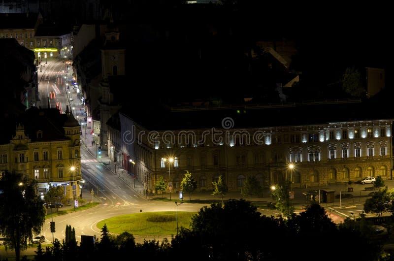 Paisagem urbana da noite em Brasov Romênia fotografia de stock