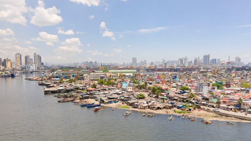 A paisagem urbana de Manila, com precários e arranha-céus Porto marítimo e áreas residenciais O contraste de pobre e de ricos fotos de stock royalty free