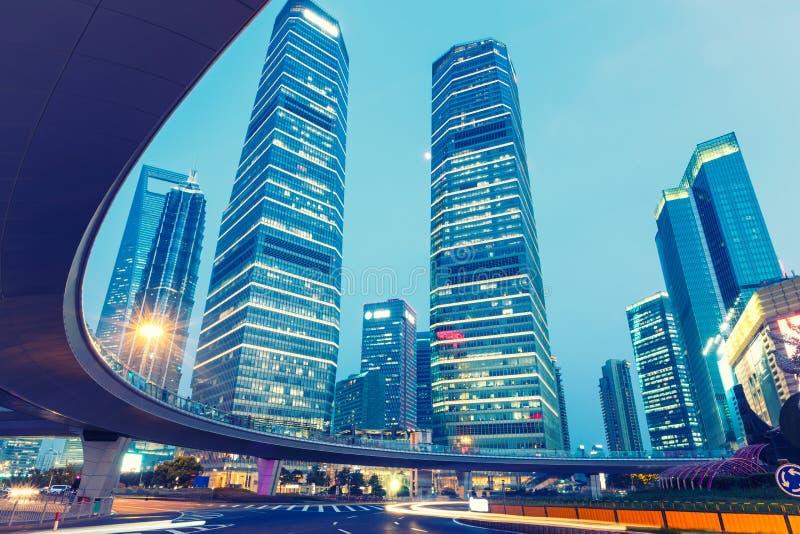 Paisagem urbana de Shanghai e opinião moderna da noite da arquitetura imagem de stock royalty free