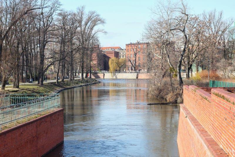 Paisagem urbana de Wroclaw e de rio Oder que passa através do centro de cidade de Wroclaw fotos de stock royalty free