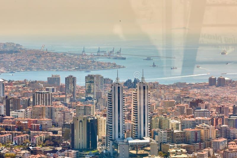 Paisagem urbana do lado europeu de Istambul e de passo de Bosphorus em um horizonte Parte moderna da cidade com torres do negócio foto de stock