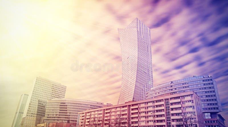 Paisagem urbana em cores vívidas, skyline de Varsóvia, Polônia fotos de stock royalty free