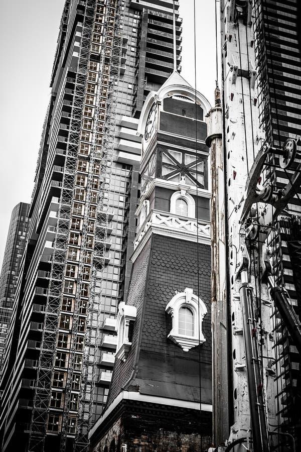 Paisagem urbana moderna com construção nova e arquitetura velha fotografia de stock