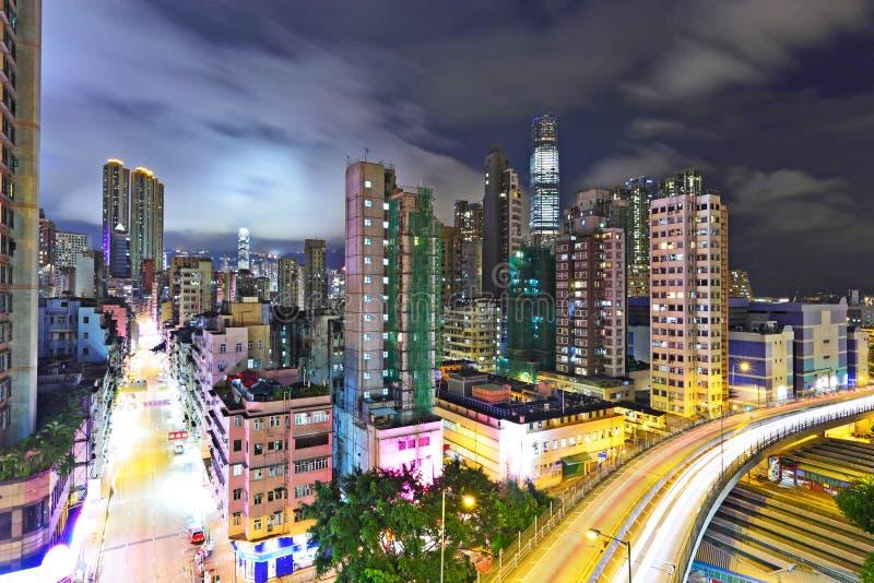 Paisagem urbana moderna na noite fotografia de stock
