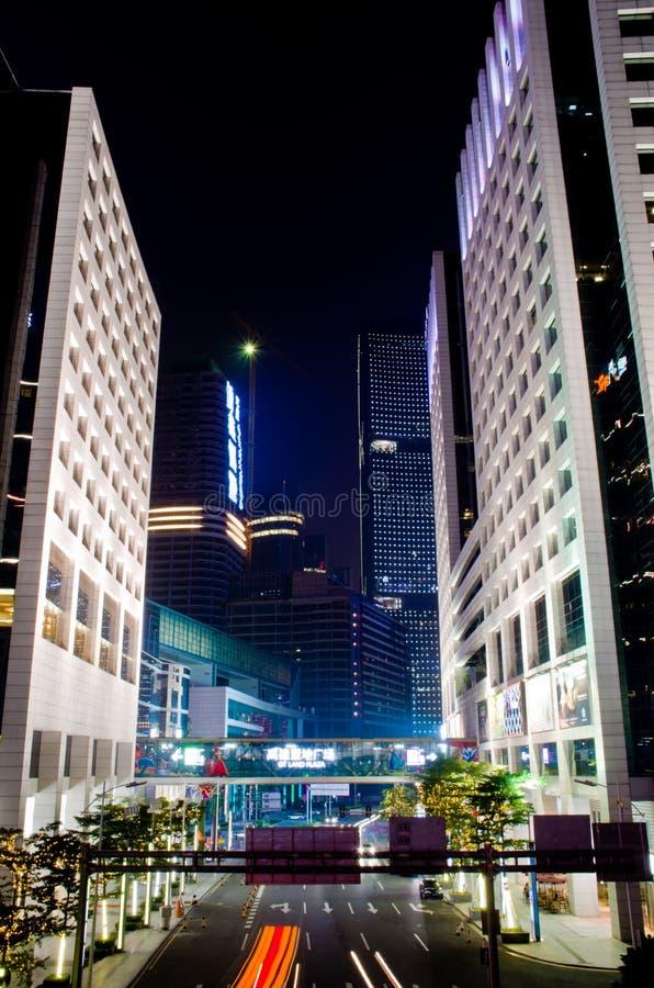 Paisagem urbana moderna na noite fotos de stock