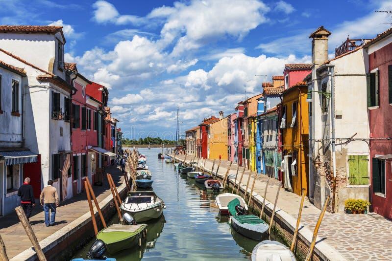 A paisagem urbana na ilha de Burano com construções coloridas brilhantes, Veneza imagens de stock royalty free