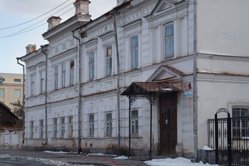 Paisagem urbana: Rua de 3 Proletarskaya, um monumento da arquitetura do século XIX foto de stock