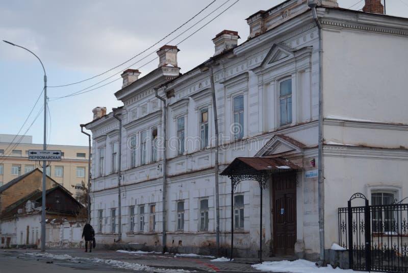 Paisagem urbana: Rua de 3 Proletarskaya, um monumento da arquitetura do século XIX imagens de stock
