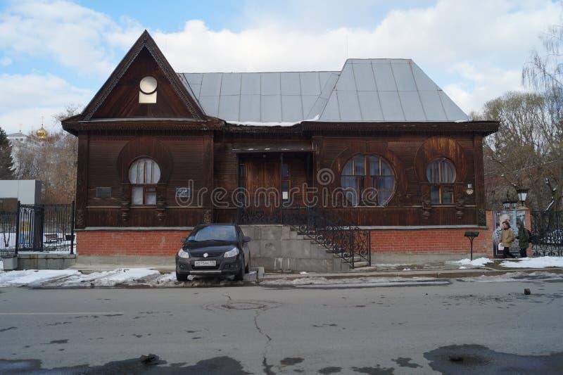 Paisagem urbana: Rua de 10 Proletarskaya, um museu do século XX da literatura Monumento da arquitetura de madeira imagens de stock royalty free