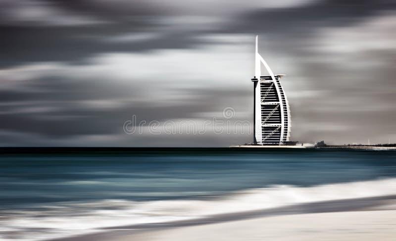 Paisagem ventosa da tempestade escura da praia de Dubai imagem de stock royalty free