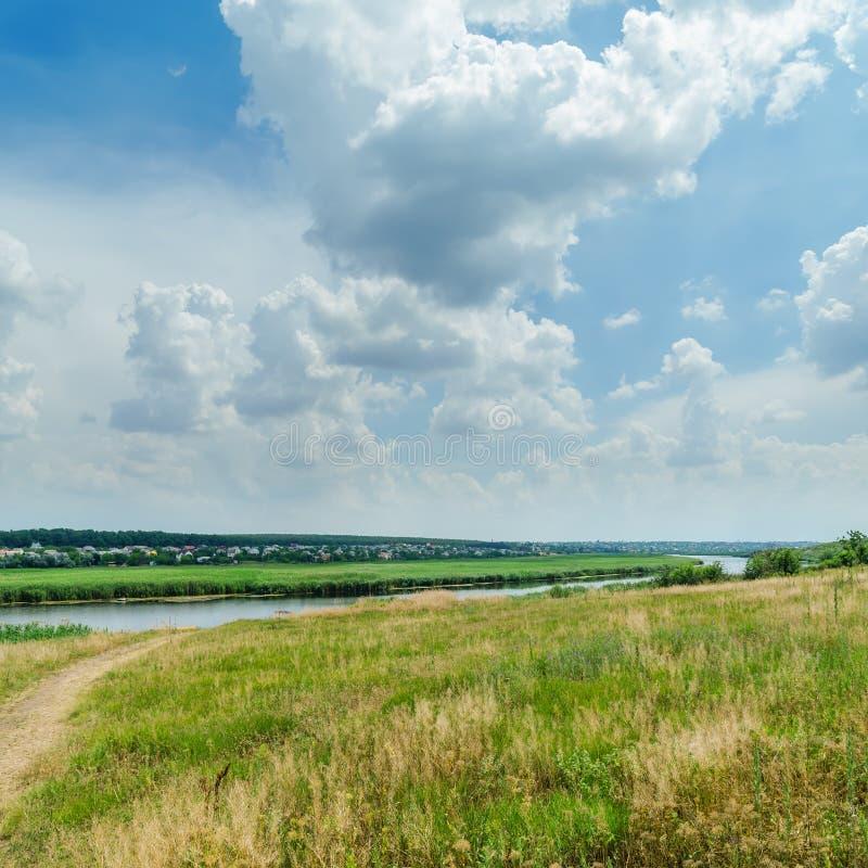 paisagem verde perto do rio e das nuvens fotografia de stock royalty free
