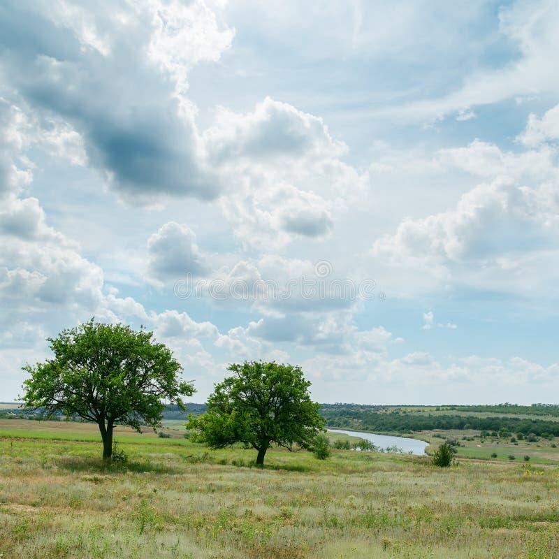 Paisagem verde sob o céu nebuloso foto de stock royalty free