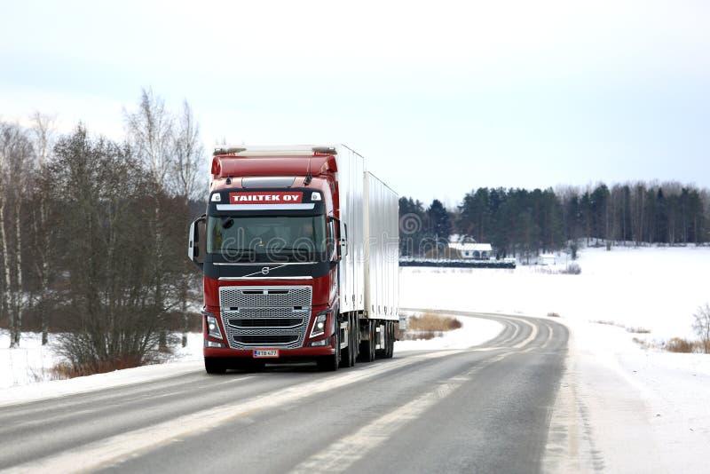Paisagem vermelha da estrada do inverno do caminhão da carga de Volvo FH16 fotos de stock