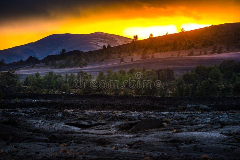 Paisagem vulcânica após crateras do por do sol da lua imagens de stock royalty free