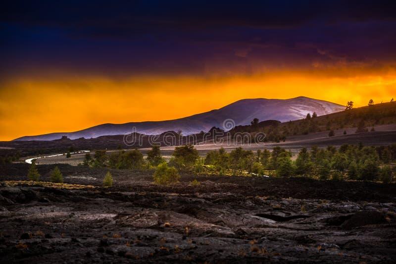 Paisagem vulcânica após crateras do por do sol da lua fotografia de stock