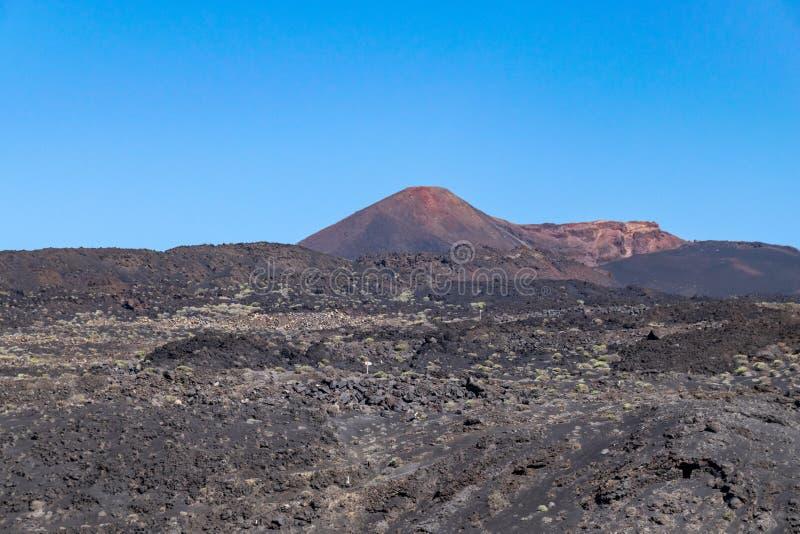 Paisagem vulcânica com vulcão de Teneguia, La Palma Island, Canaries, Espanha imagens de stock