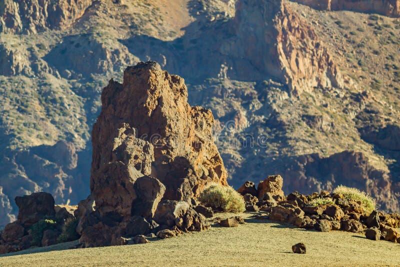 Paisagem vulc?nica de Tenerife com as rochas secas da lava no primeiro plano Ilhas Can?rias, Spain Parque nacional de Teide imagens de stock royalty free