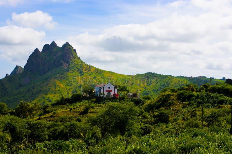 Paisagem vulcânica e fértil de Cabo Verde, igreja Católica, Santiago Island imagem de stock royalty free