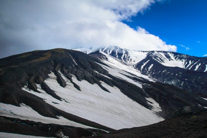 Paisagem vulcânica Vulcão de Avachinsky - vulcão ativo da península de Kamchatka Rússia, Extremo Oriente fotografia de stock royalty free