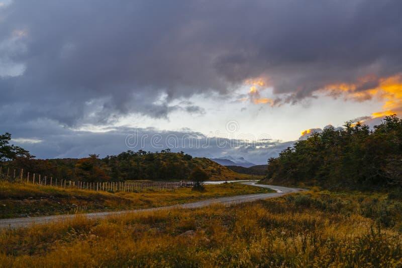Paisagens ao lado de um pagamento pequeno na Terra do Fogo perto de Ushuaia Patagonia de Argentina no outono imagem de stock