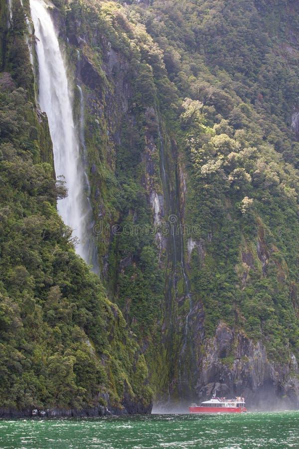Paisagens de Milford Sound de um CRUZEIRO imagem de stock