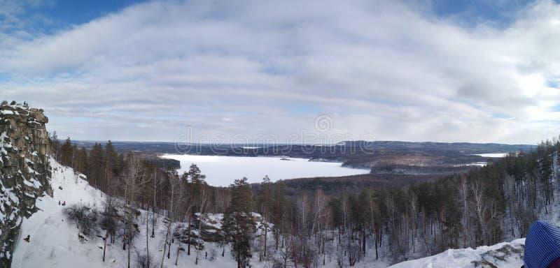 Paisagens do inverno na montanha nebulosa Sugomak do dia de Ural imagem de stock