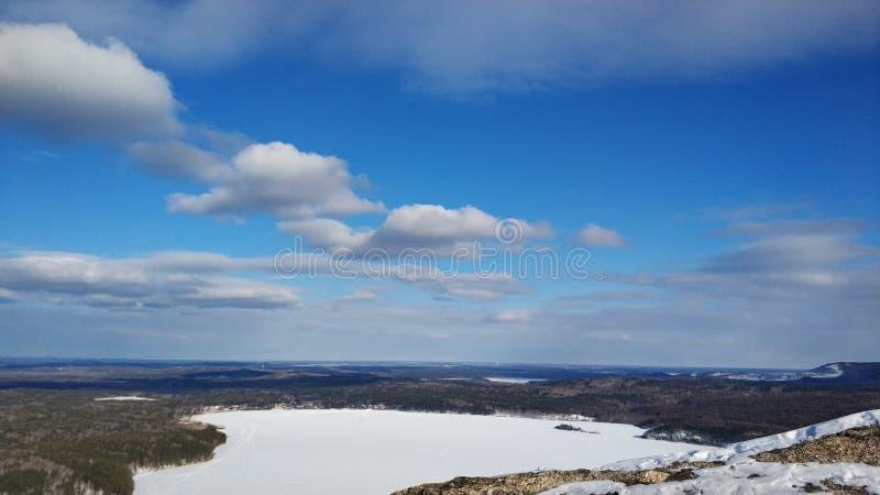 Paisagens do inverno nas ?rvores de floresta de Ural em um dia ensolarado Arakul shihan imagem de stock royalty free