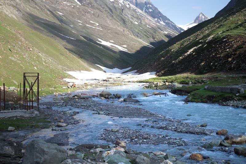 Paisagens do país da Índia Montanhas durante um por do sol ou um nascer do sol com sol dourado Himalayas que surpreendem vistas H foto de stock royalty free