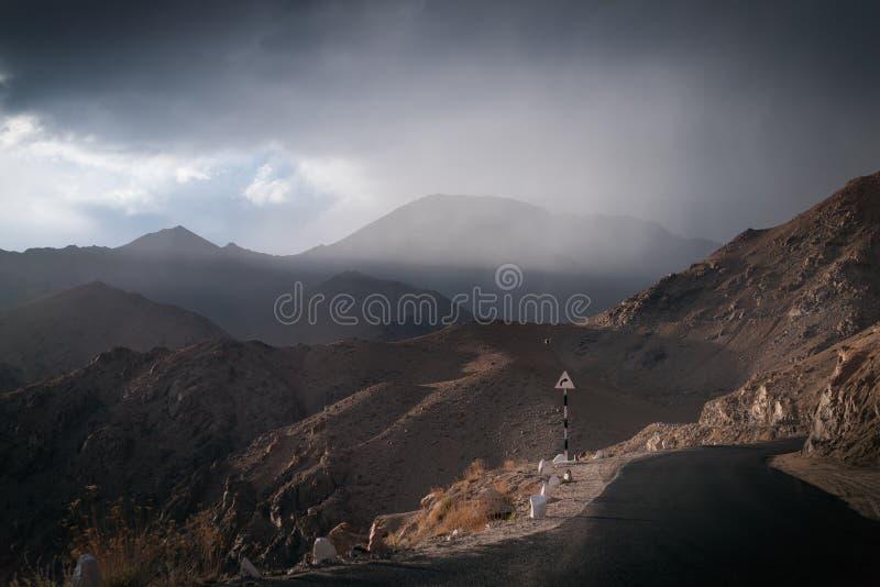Paisagens do país da Índia Montanhas durante um por do sol ou um nascer do sol com sol dourado Himalayas que surpreendem vistas H fotos de stock