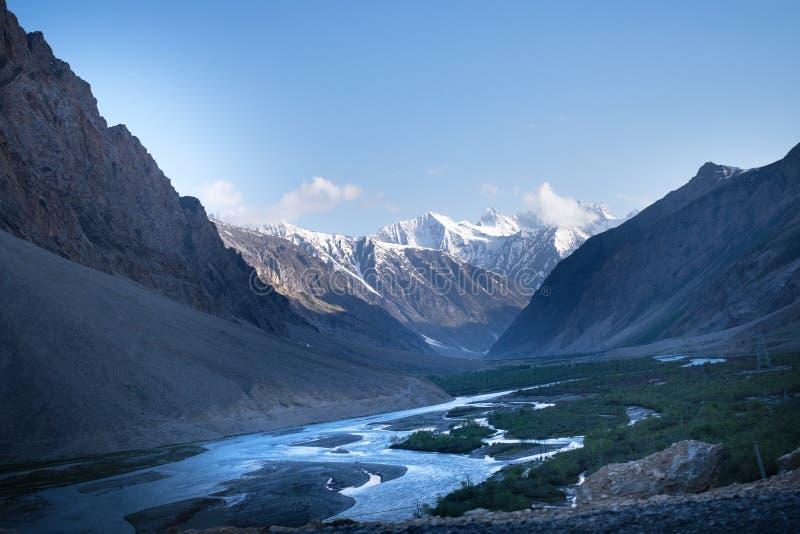 Paisagens do país da Índia Montanhas durante um por do sol ou um nascer do sol com sol dourado Himalayas que surpreendem vistas H imagem de stock
