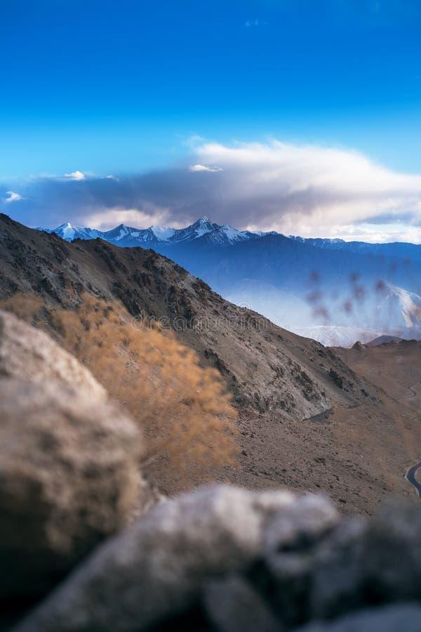 Paisagens do país da Índia Montanhas durante um por do sol ou um nascer do sol com sol dourado Himalayas que surpreendem vistas H fotografia de stock