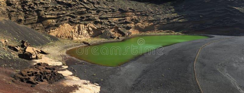 Paisagens vulcânicas do lago el Golfo de Lanzarote imagens de stock royalty free