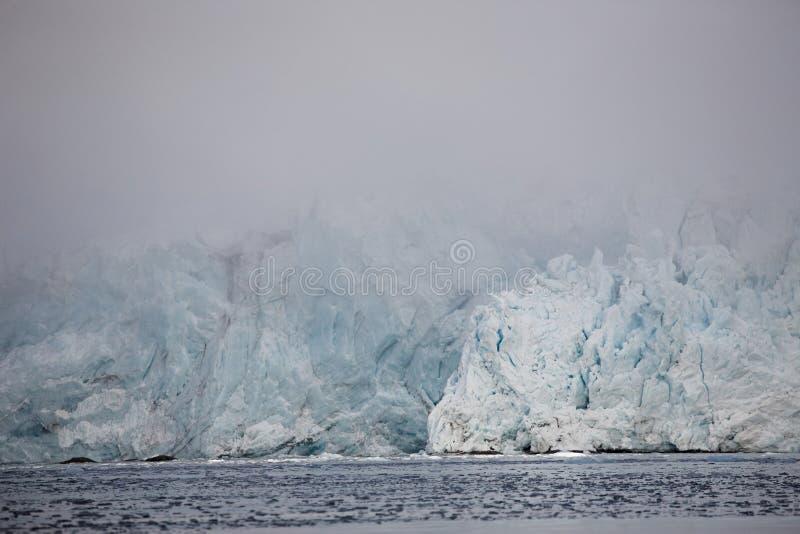 Paisaje ártico - glaciar enorme en la niebla imagen de archivo libre de regalías