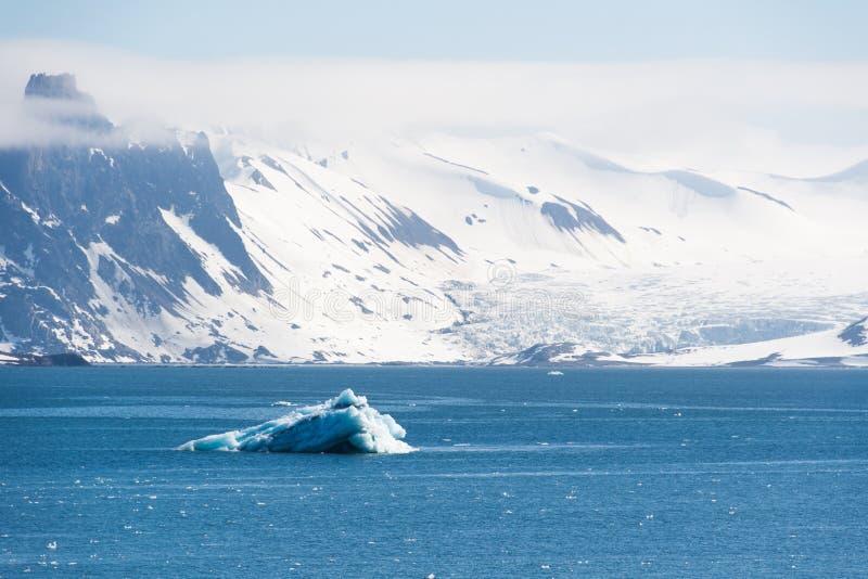 Paisaje ártico, isla de Svalbard, Noruega 2018 imagenes de archivo