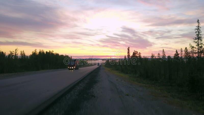 Paisaje épico, tiro aéreo de la carretera al horizonte con las montañas imagenes de archivo