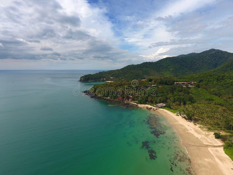 Paisaje aéreo con la playa, las rocas y el mar imagenes de archivo