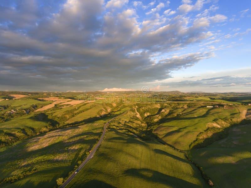 Paisaje aéreo de la colina de la salida del sol de Toscana fotos de archivo
