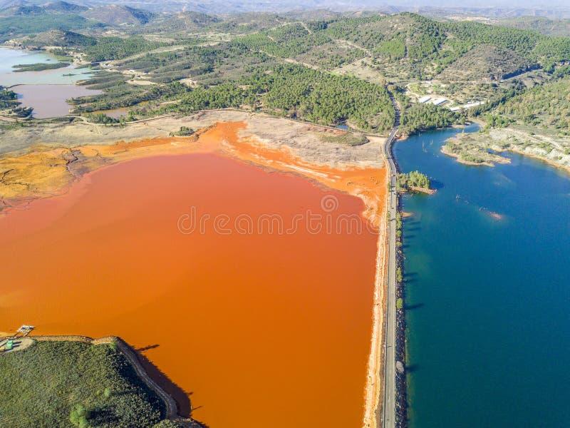 Paisaje aéreo de los lagos inusuales, coloridos en Minas de Riotinto fotografía de archivo